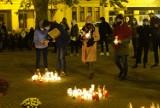 Osiem gwiazd ze zniczy na placu Wolności w Poznaniu. To protest po decyzji o zamknięciu cmentarzy przez rząd [ZDJĘCIA]