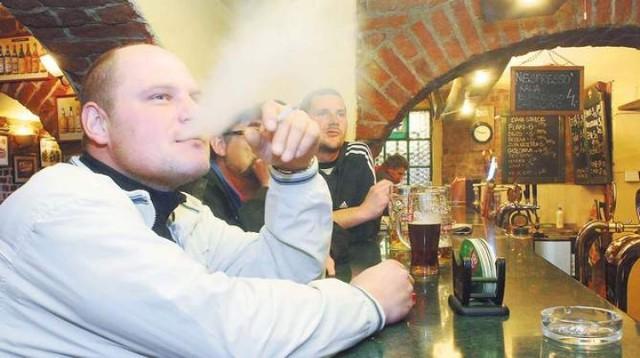 Rocznie w Polsce od papierosów umiera blisko 70 tys. osób. ...