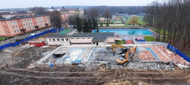 Stary budynek basenu w Kraśniku już jest rozebrany. Trwa budowa nowoczesnej pływalni.