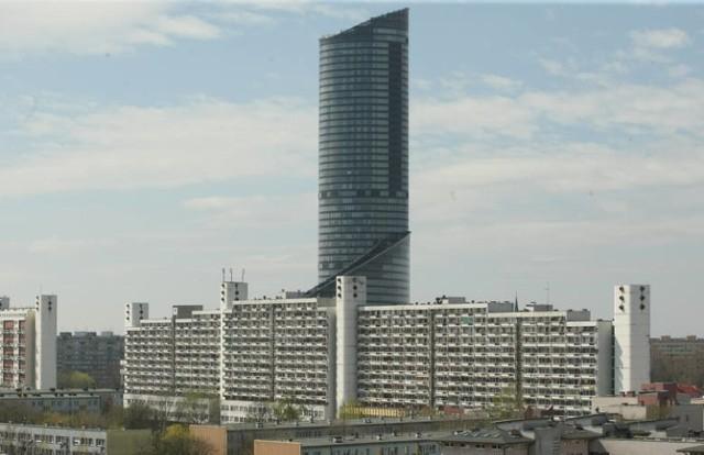 Galeriowiec znany jest też wrocławianom jako Titanic. Ten sąsiad Sky Towera to budynek mieszkalny. Powstał w 1992 roku. W jego bryle znajduje się także mały handel. Galeriowiec ma 16 pięter.
