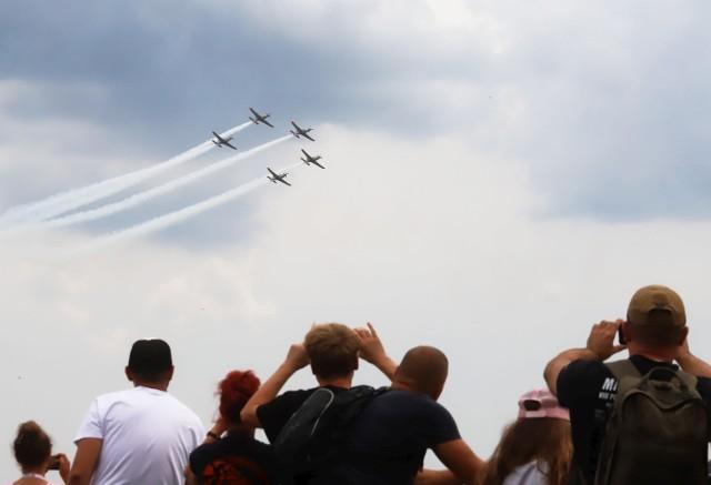 Podczas pokazów lotniczych na radomskim lotnisku zaprezentowały się następujące samoloty i grupy akrobacyjne: TS-11 Iskra / PZL-130 Orlik (flaga), F-16 (pokaz dynamiczny), Kowalik Extra 300 (pokaz), zespół akrobatyczny Orlik (pokaz), Cellfast Flying Team (pokaz). Był także zrzut desantu z samolotu M-28 Bryza. >