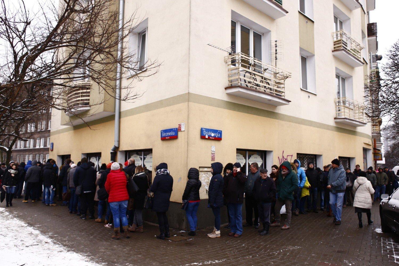 Очереди за пончиками в 'Жирный четверг' в разных городах Польши