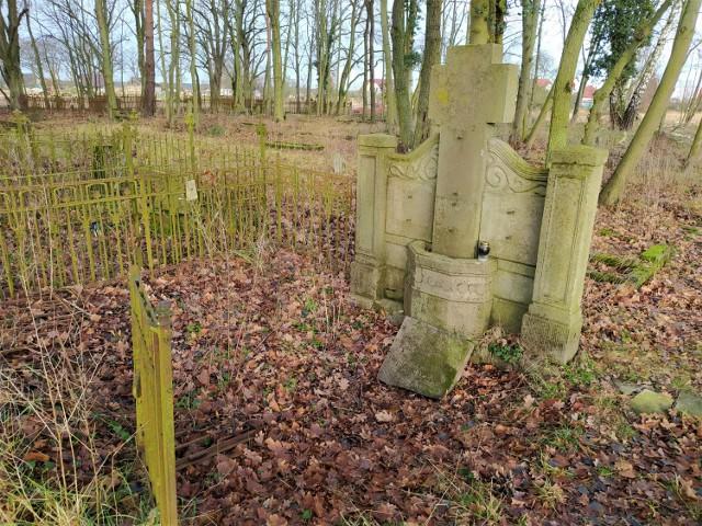 Podobno wiejski cmentarzyk jest jedną z najlepiej zachowanych wiejskich nekropolii w Polsce.   Najstarszy nagrobek pochodzi z 1856 roku. Zmarli mieszkańcy Karsiboru byli tu chowani jeszcze do lat 40. XX wieku.