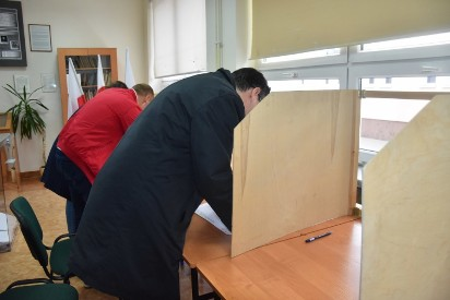 Trwają wybory samorządowe. Lokalne wyborcze otwarte od 7 rano. Relacja Live
