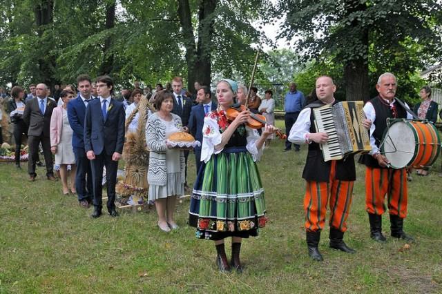 Uroczystości dożynkowe zakończyła procesja eucharystyczna wokół ciechosławickiego sanktuarium oraz tradycyjne dzielenie dożynkowych chlebów.