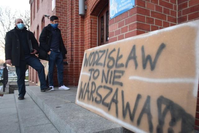 Mieszkańcy protestowali przed Urzędem Miasta