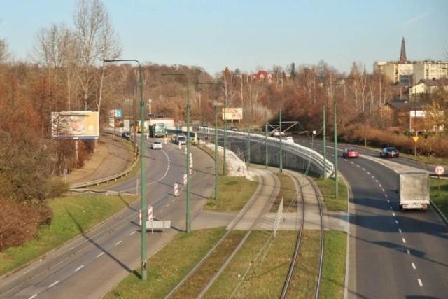 Obecnie w Sosnowcu remontowany jest odcinek ulicy 3 Maja w stronę centrum miasta (po lewej). Przez dwa dni fragment jezdni będzie nieprzejezdny