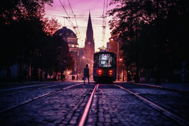"""Poznań to miasto dusigroszy, którzy ponad wszystko cenią sobie spokój i """"porzundek"""", więc jakim cudem ma tu być fajna atmosfera? W poszczególnych dzielnicach nuda i brzydko, a w centrum? Ciemno, nieprzyjemnie i śmierdzi. Na dodatek ciągle jeżdżą stare tramwaje i hałasują, więc nie da się nawet odpocząć.   Niby duże miasto, a tak naprawdę jakieś takie nijakie i prowincjonalne. Jak ktoś przyjedzie z zagranicy, to od razu myśli jak stąd uciec - na przykład Erik Witsoe, fotograf ze Stanów, który aż założył tu amerykańską kawiarnię, żeby czuć się jak w domu i nie pamiętać, jakie nieszczęście go spotkało, kiedy się tu przeprowadził.  12 rzeczy, które można robić w Poznaniu za darmo KLIKNIJ I SPRAWDŹ"""