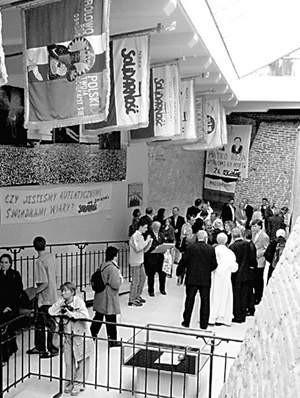 W bastionie św. Rocha na Jasnej Górze organizowane są wystawy. Ta jest poświęcona 25-leciu Solidarności.