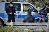 Policjanci kontrolują przestrzeganie nakazów związanych z COVID
