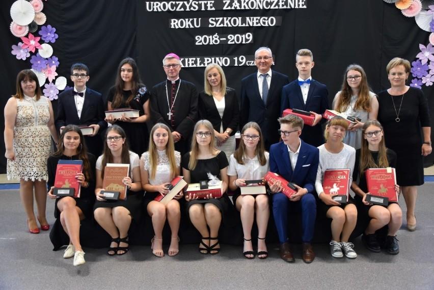 7487a1bc Pożegnanie absolwentów w Szkole Podstawowej w Kiełpinie z niezwykłym ...