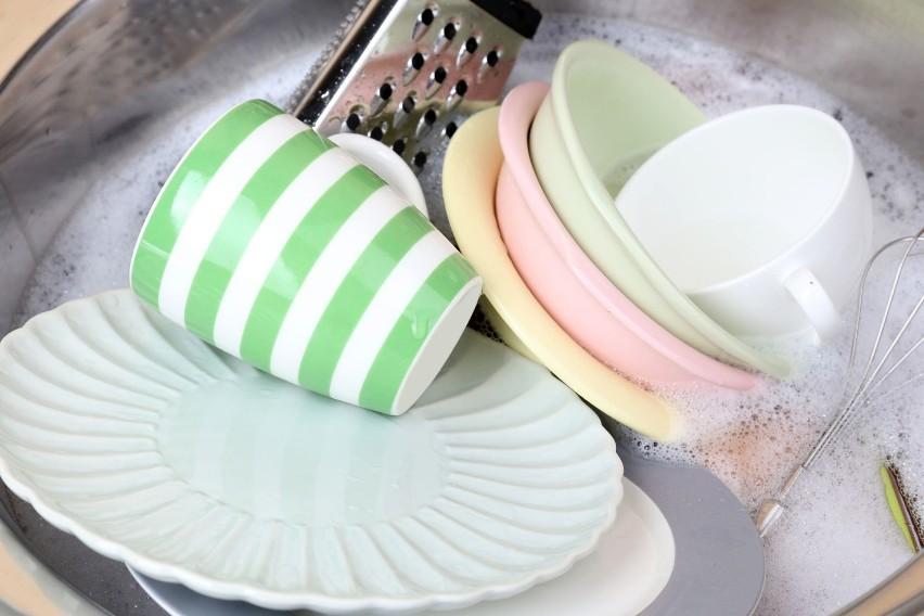 Zmywasz ręcznie? Namocz wstępnie naczynia w wodzie, np. w...