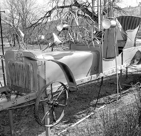 Taki pojazd musi wzbudzać zainteresowanie. O to właśnie chodzi właścicielowi galerii. Fot. Mariusz Pietrzyk
