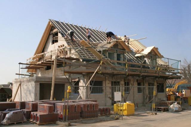Od 19 września 2020 r. projekt budowlany składa się z trzech części. Dwie z nich inwestor musi złożyć w urzędzie podczas uzyskiwania pozwolenia na budowę – są to projekt architektoniczno-budowlany (m.in. układ budynku, planowane rozwiązania techniczne) oraz projekt zagospodarowania działki lub terenu. Część trzecią, czyli projekt techniczny (m.in. opis konstrukcji i instalacji), składa się dopiero po zakończeniu robót na budowie.  Zobacz kolejne przepisy, które ulegają zmianie. Przesuwaj zdjęcia w prawo - naciśnij strzałkę lub przycisk NASTĘPNE