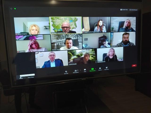 Telekonferencja starosty szczecineckiego z dyrektorami szkół