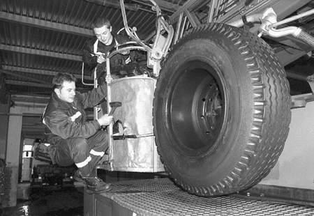 Strażacy Dariusz Słodek i Tomasz Bazgier naprawiali wczoraj dziurawy kosz drabiny. Gorzej jest, gdy psuje się hydraulika. Fot: Sylwester Witkowski