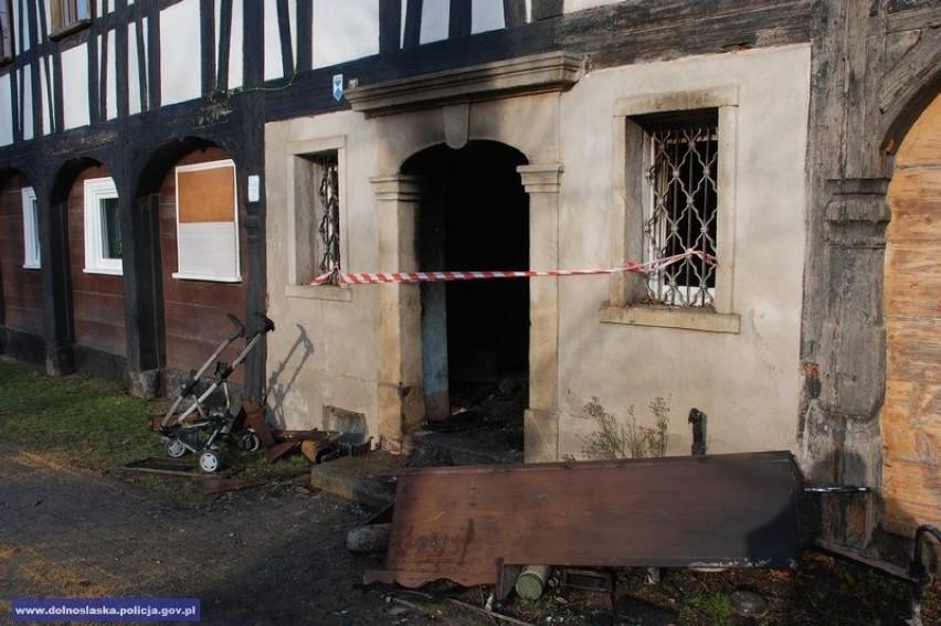Policjanci pomogli mieszkańcom wydostać się z budynku, w którym wybuchł pożar