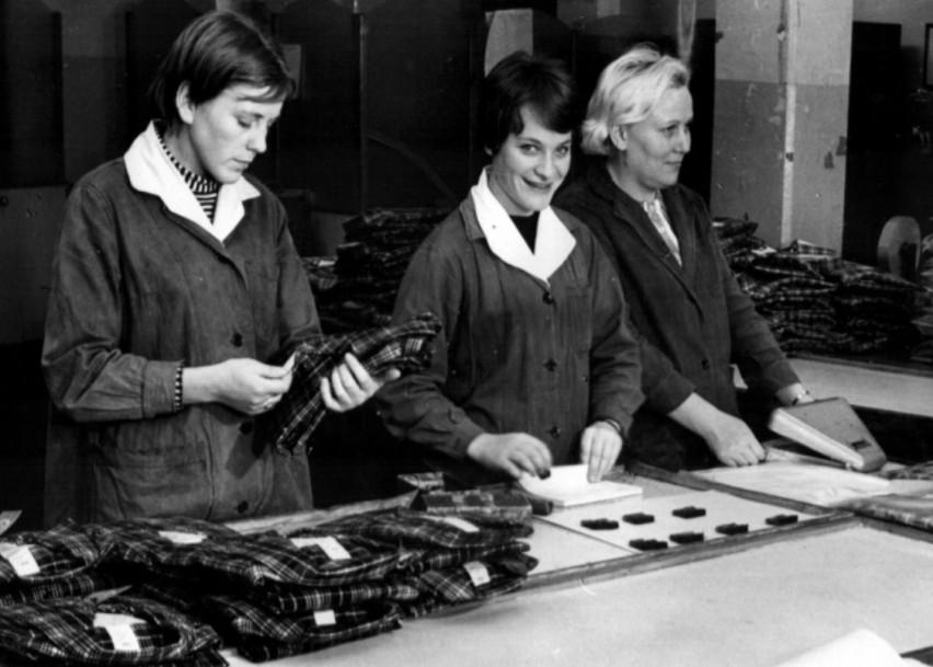 Rok 1972. Pracownice Zakładów Przemysłu Odzieżowego...