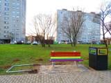 Co dalej z tęczowymi ławeczkami w Kielcach? Wandale nadal niszczą a napraw nie widać