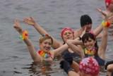 Morsy w Gołuchowie zimną kąpielą powitały wiosnę. ZDJĘCIA