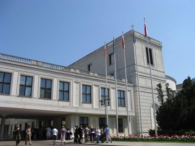 Jeszcze przed budynkiem Parlamentu. fot. Lucyna Rozlatowska