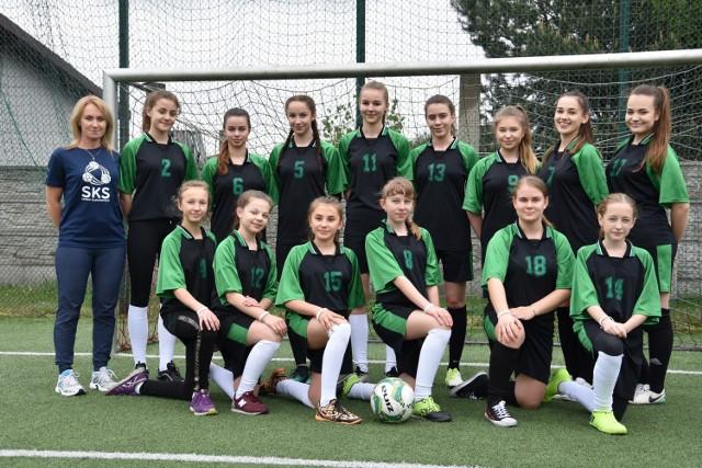W grupie prowadzonej przez Janinę Morgę jest 15 dziewcząt, które już świetnie radzą sobie na boisku. Atutem zajęć SKS jest też to, że biorą w nich udział osoby na różnym poziomie umiejętności, które chcą rozwijać się fizycznie.
