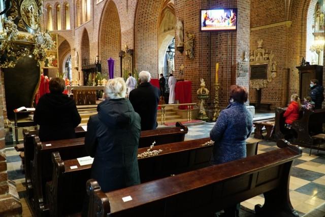 Obecnie w nabożeństwach może uczestniczyć jedna osoba na 20 m kw. przy zachowaniu odległości nie mniejszej niż 1,5 m. Sprawdziliśmy, ilu wiernych pojawiło się w poznańskich kościołach w czasie Niedzieli Palmowej.    Zobacz zdjęcia ----->