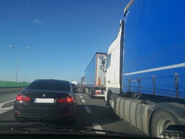 We wtorkowy poranek korki na autostradowej obwodnicy Poznania są większe niż zwykle. Pomiędzy węzłami Poznań Wschód i Krzesinami kierowcy utknęli na obu nitkach autostrady. Zakorkowana jest także trasa S5. Zobaczcie zdjęcia ----->