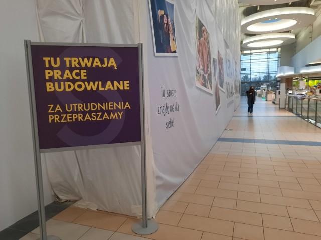 W tym miejscu w Silesia City Center, tuż obok skurczonego Tesco, trwają prace budowlane. Plotki głoszą, że powstaje tam sklep sieci TK Maxx.  Zobacz kolejne zdjęcia. Przesuwaj zdjęcia w prawo - naciśnij strzałkę lub przycisk NASTĘPNE