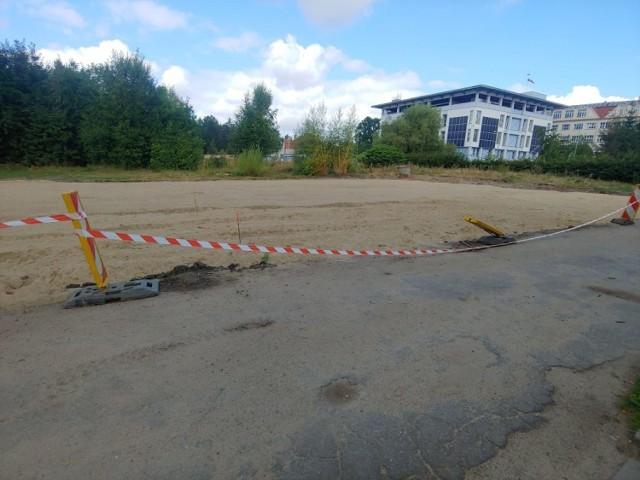 Plac nowego parkingu i niebezpieczne sytuacje wokół szpitala