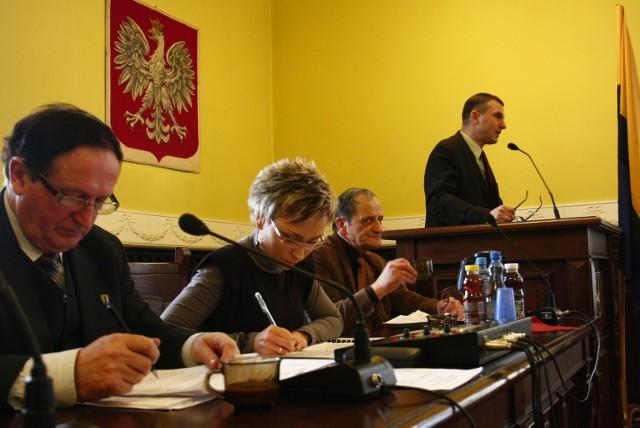 Roman Guzelak, prezes spółki Promocja Regionu Chojnickiego odpowiadał na pytania radnych