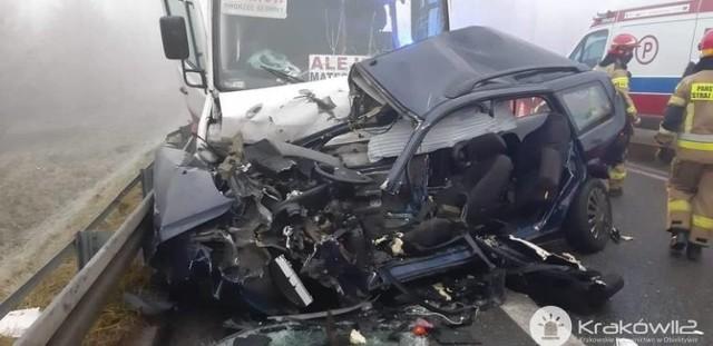 Zdjęcia ze zderzenia busa z samochodem osobowym, do którego doszło 19 grudnia pod Wieliczką