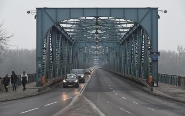 - Prace remontowe na moście Piłsudskiego prowadzone będą przez cały rok 2020, a zakończenie w roku 2021. Utrzymanie terminów uzależnione jest jednak między innymi od innych prac drogowych, na przykład remontu alei Jana Pawła II - dodaje Rafał Wiewiórski.   Wojsko postawi most   Montażem mostu tymczasowego ma zająć się wojsko. Most składany typu DMS-65 będzie dostępny dla aut do 3,5 tony oraz służb ratunkowych. Nie będą mogli korzystać z niego piesi.   Polecamy: Sylwester 2019/2020 w Toruniu. Wiemy kto wystąpi! Duże zmiany w imprezie na Rynku Staromiejskim  Zobacz także: Kto strzela w Toruniu? Jak długo potrwa hałas? Sprawdźcie!
