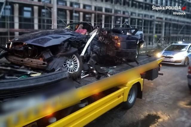 Pojazd został doszczętnie zniszczony, kierowca jest ciężko ranny