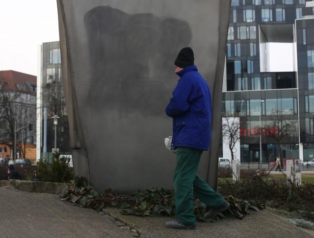 Napisy usunięto jeszcze tego samego ranka, a równocześnie pracę nad ustaleniem sprawców profanacji,  prowadzili gdańscy policjanci