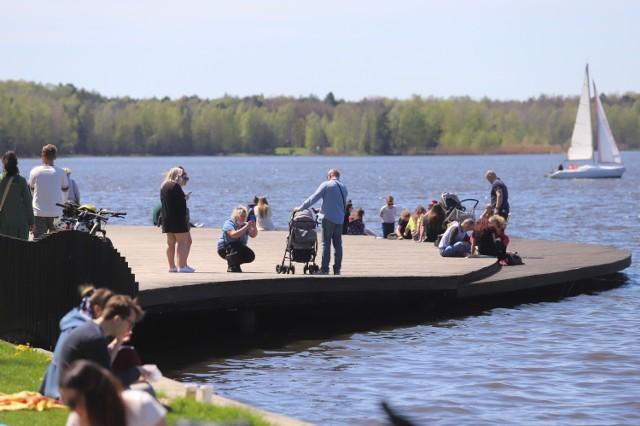 Tychy. Tłumy nad Paprocanami. Jezioro przeżywa oblężenie w niedzielę z piękną pogodą.  Zobacz kolejne zdjęcia. Przesuwaj zdjęcia w prawo - naciśnij strzałkę lub przycisk NASTĘPNE