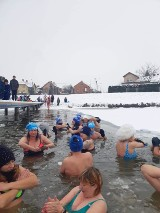 Skuty lodem zalew Zadębie przyciągnął morsów nie tylko ze Skierniewic.