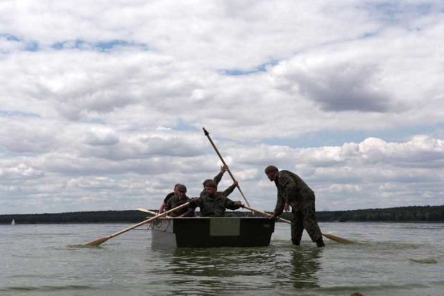 Łódzcy terytorialsi ćwiczyli w wodzie i na wodzie w Treście nad Zalewem Sulejowskim