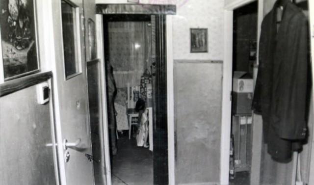 Potwór zabił roczne dziecko i teściową To zbrodnia, która 25 lat temu wstrząsnęła Żarami. Adam W. dokładnie zaplanował mord. Udusił teściową i córeczkę swojej żony. Przez cały proces przed zielonogórskim sądem nie przyznawał się do podwójnego zabójstwa. Bestia trafiła za kraty na 25 lat.  Wszystko rozegrało się 23 lata temu nocą w bloku przy ul. Wieniawskiego w Żarach. Gabriela poznała Adama W. w Żurawicy. Pracowała wtedy w Wojskowych Zakładach Uzbrojenia. W 1983 r. wzięli ślub, zamieszkali w hotelu robotniczym. Dwa lata później urodził się Adaś. Cały czas małżonkowie starali się o mieszkanie. Tak bardzo wtedy upragnione przez wiele osób i jednocześnie tak samo niedostępne.  Adam, czekając na swój własny kąt, wyremontował przybudówkę w gospodarstwie ojca w Żurawicy. Miała być ich domem. Gabriela nie chciała jednak wiązać życia z tym miejscem. Na tym tle dochodziło do ciągłych nieporozumień. Konflikt narastał.  Adam zaczął pić i przestał interesować się żoną i dzieckiem. Powiedział nawet Gabrieli, że może już postępować tak, jakby była osobą samotną. To wtedy Gabriela pierwszy raz zdecydowała się wrócić do matki w Żarach. Zamieszkała w mieszkaniu matki Zdzisławy B. Adam jednak nie odpuszczał. Odwiedzał żonę. Obiecywał poprawę, ale przy tym nadal jej groził...