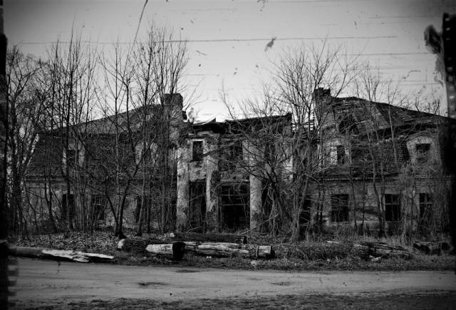 Nawet w niewielkich gminach znajdują się miejscowości, niewielkie wsi, w których stoją zapomniane przez wszystkich ruiny zamków, pałaców, opuszczone wille i pałace, stare fabryki, czy skryte między drzewami cmentarze. Miejsca, które jedni omijają z daleka. Inni natomiast zwiedzają je, w poszukiwaniu znaków historii, tajemnic... przygody. Poznajcie je wszystkie >>>  Zobacz również: Czy w sławskim zamku straszą duchy?