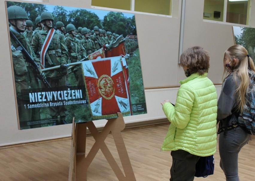 Powiat gostyński. Koloryzowane zdjęcia okazały się hitem w Szkole Podstawowej w Piaskach. Wystawa zaciekawiła uczniów [ZDJĘCIA]