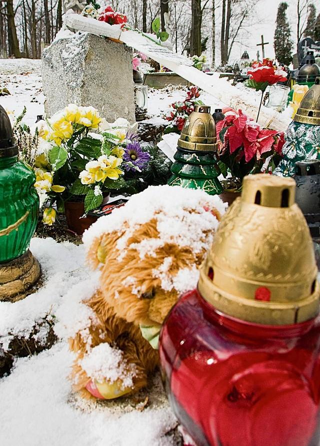 Na pomniku Bartka wciąż palą się znicze