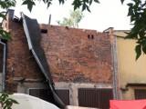 Wypadek w Gliwicach. Pod robotnikami zawalił się dach, jedna osoba nie żyje