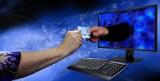Policjanci ostrzegają przed oszustami podczas zakupów internetowych