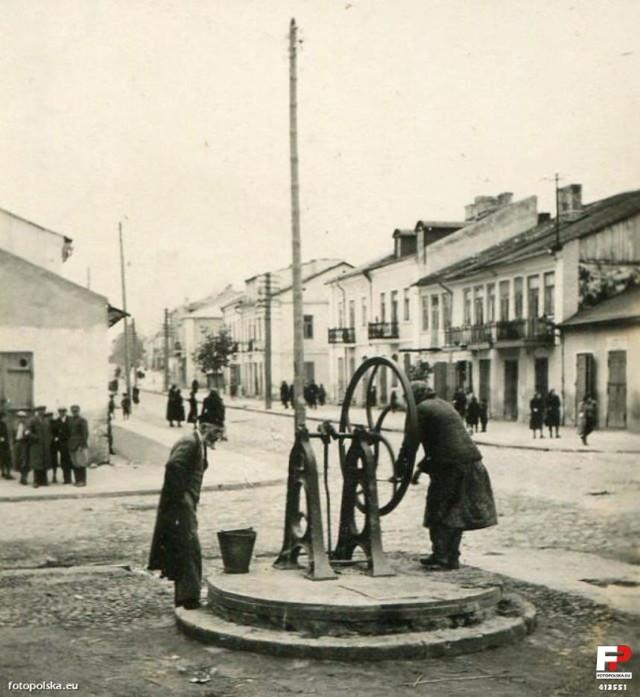 Zdjęcie wykonane w  Piaskach w 1935 r., a na nim studnia na rogu ulicy 3 Maja i Lubelskiej
