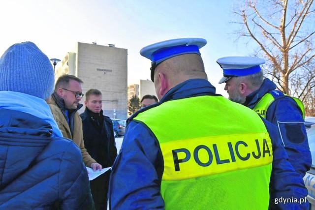 Wizja z udziałem urzędników, mieszkańców i policji.