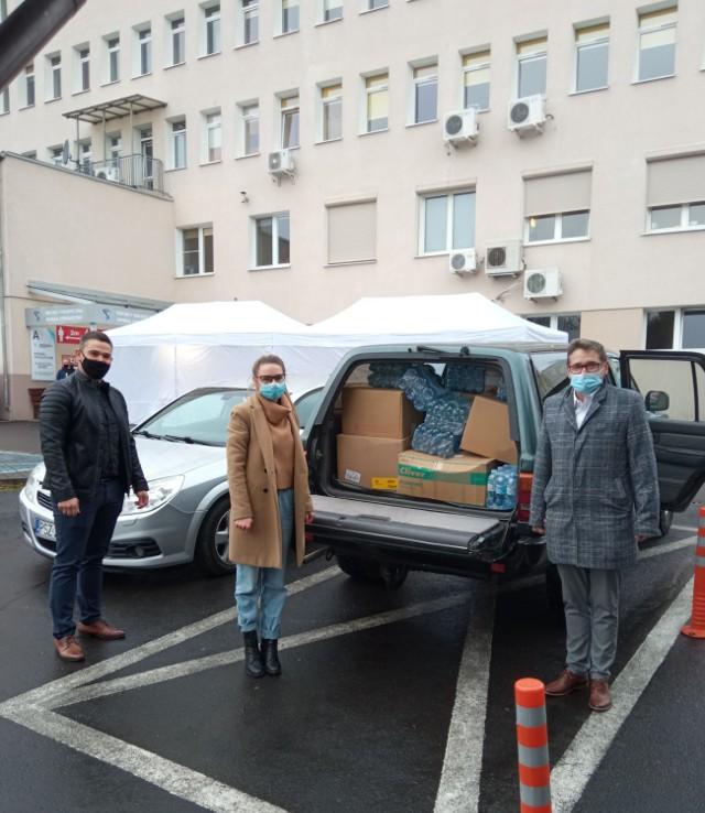 """Część zebranych produktów trafiła do szpitala w Szamotułach. Na zdjęciu od prawej: dyrektor """"Trójki"""" - Tomasz Runowski, Sara Bilon - jedna z koordynatorek akcji, Szymon Anioł - wicedyrektor szamotulskiego SP ZOZ-u"""