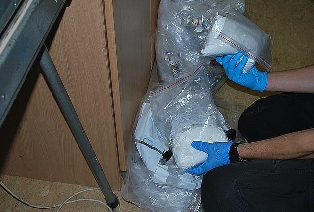 Sterydy w Rzeszowie. Wczoraj, policjanci uzyskali informację, że w jednym z mieszkań w centrum Rzeszowa znalezione zostały strzykawki oraz zakrwawione igły. Funkcjonariusze znaleźli w mieszkaniu rożne substancje chemiczne. Na miejsce skierowano ekipę dochodzeniowo-śledczą, technicy kryminalistyki policjanci dochodzeniowi i kryminalni oraz eksperci z zakresu fizyko – chemii laboratorium kryminalistycznego komendy wojewódzkiej.
