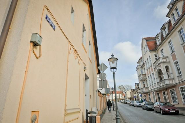 """Na murach budynków jeszcze wiszą tabliczki z nazwą """"10 lutego"""", ale już adresując PIT-a do urzędu skarbowego, który przy tej ulicy się znajduje, powinniśmy napisać """"Sybiraków""""."""