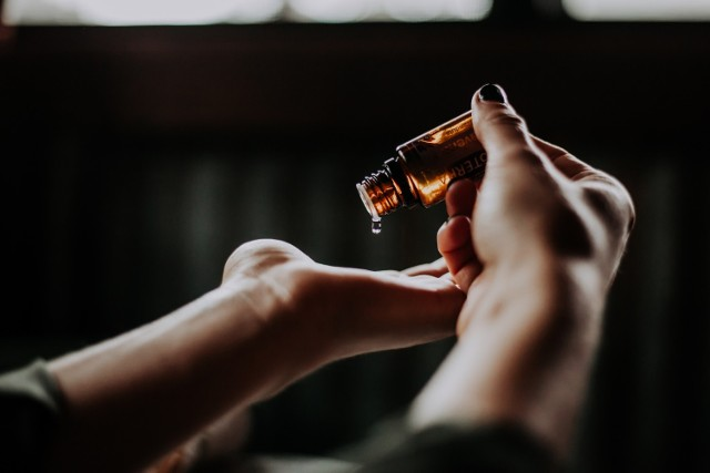 AROMATERAPIA Wykorzystanie naturalnych olejków eterycznych do poprawy psychicznego i fizycznego samopoczucia to dziedzina medycyny alternatywnej, której odkrycia znajdują potwierdzenie we współczesnej nauce. Korzystne działanie wielu rodzajów olejków aromatycznych zostało już potwierdzone, dzięki czemu można wykorzystywać je na co dzień w zależności od konkretnych potrzeb. Sprawdź, jakie działanie mają twoje ulubione zapachy.